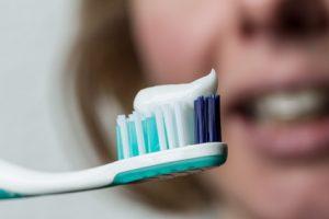 Zahnbürste mit Zahnpasta und Mund mit Klammer
